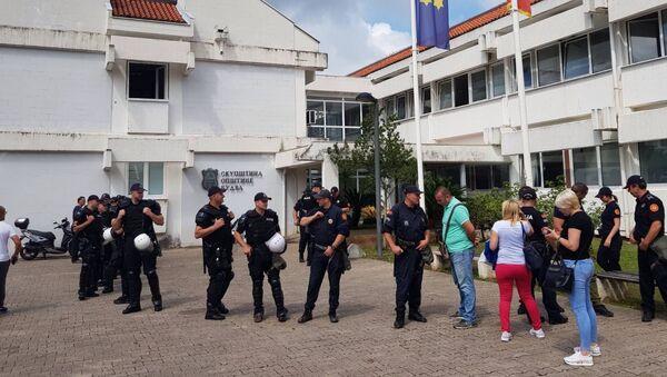 Полиција испред СО Будва - Sputnik Србија