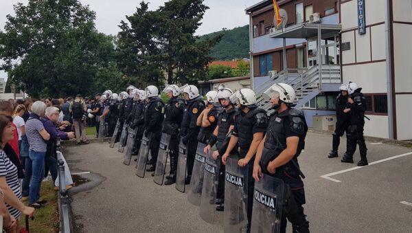 Кордон полиције испред зграде Центра безбедности у Будви - Sputnik Србија