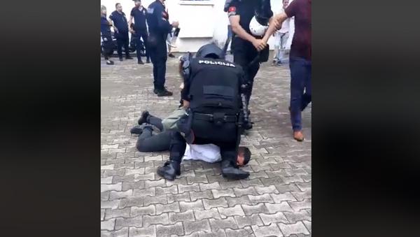 Бруталност полиције испред СО Будва - Sputnik Србија