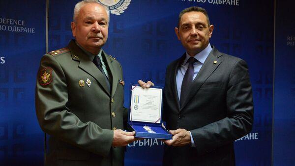 Vulin uručio Vojnu spomen-medalju izaslaniku odbrane Ruske Federacije pukovniku Sobakinu - Sputnik Srbija