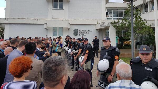 Kordon policije i okupljeni građani ispred Opštine Budva - Sputnik Srbija