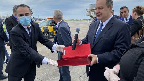 Ambasador Rusije u Srbiji Aleksandar Bocan-Harčenko uručio mikrofon ministru Ivici Dačiću kao poklon od Sergeja Lavrova - Sputnik Srbija