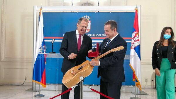 Šef srpske diplomatije poklonio je ministru Lavrovu gitaru - Sputnik Srbija