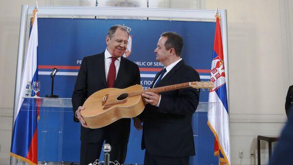 Poklon od ministra Dačića – gitara - Sputnik Srbija