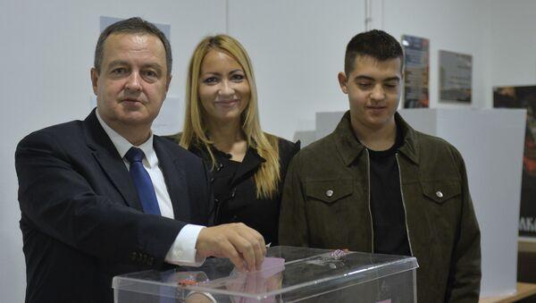 Ivica Dačić sa suprugom i sinom na glasanju - Sputnik Srbija