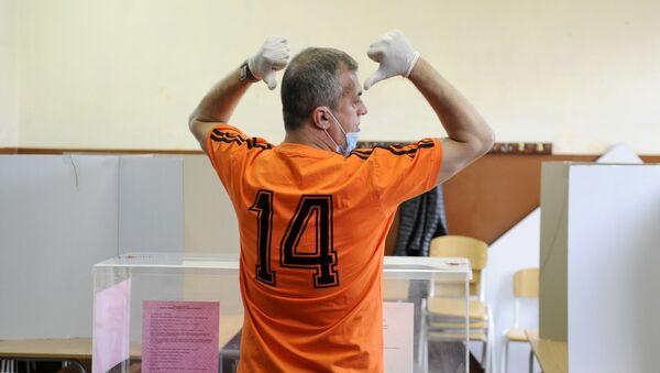 Predsednik Pokreta slobodnih građana Sergej Trifunović na biračkom mestu  - Sputnik Srbija