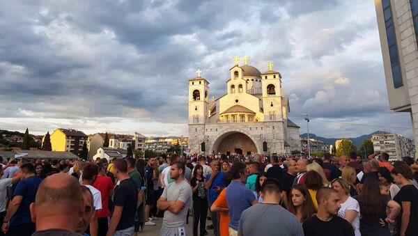 Народ испред Саборног храма Христовог васкрсења у Подгорици - Sputnik Србија