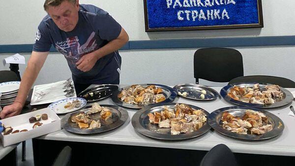 Tradicija - Svinjsko pečenje za novinare u u izbornom štabu Srpske radikalne stranke - Sputnik Srbija