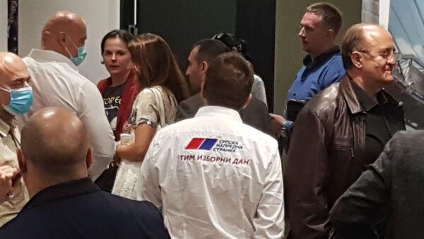 """Članovi u štabu SNS-a nosili su košulje sa natpisom """"Tim izborni dan"""" - Sputnik Srbija"""