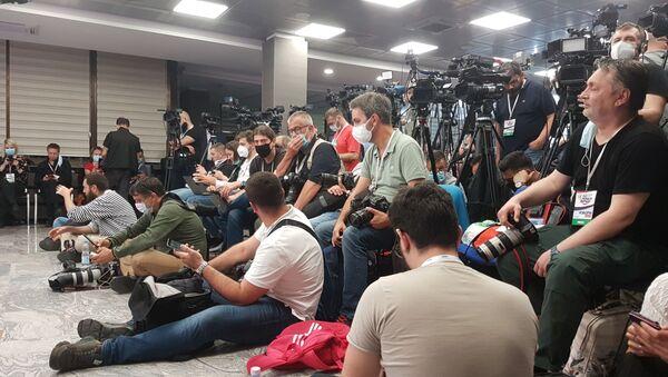 Novinari u štabu SNS-a čekaju da počne konferencija - Sputnik Srbija