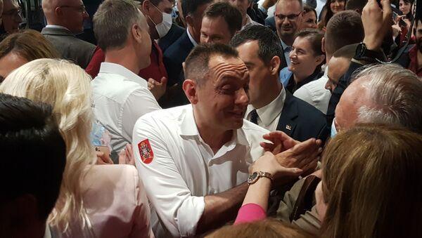 Ministar odbrane Aleksandar Vulin slavi u štabu SNS-a - Sputnik Srbija