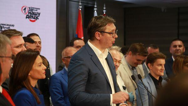 Predsednik Srbije Aleksandar Vučić slavi pobedu izbornom štabu SNS-a - Sputnik Srbija