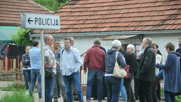Лекари из литије испред Центра безбедности у Никшићу. - Sputnik Србија