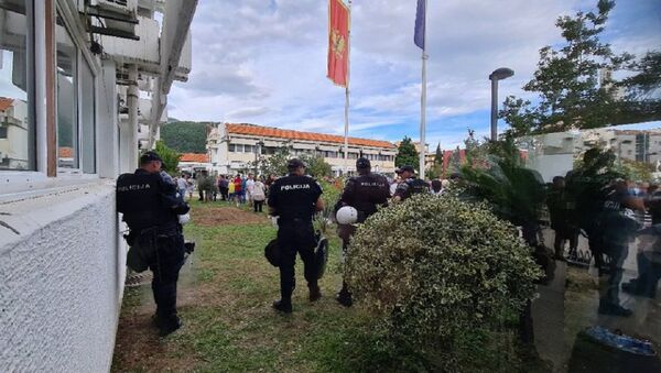 Полиција испред Општине Будва - Sputnik Србија