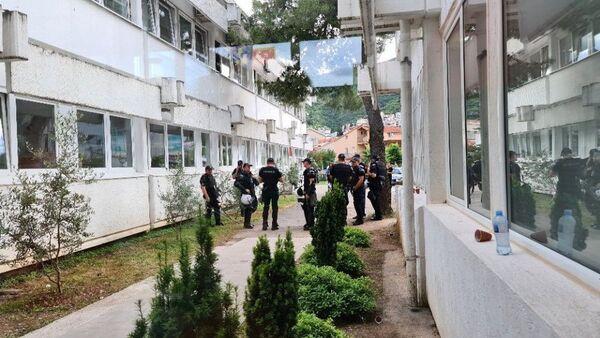 Полиција испред зграде Општине Будва - Sputnik Србија