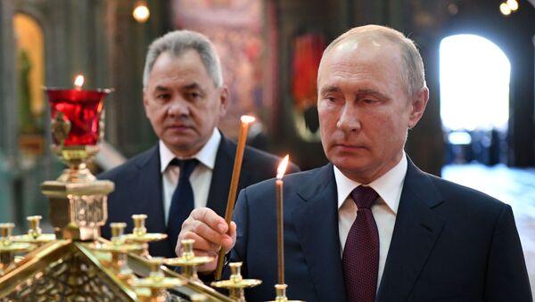 Руски председник Владимир Путин и министар одбране Сергеј Шојгу у главном храму Војске Русије - Sputnik Србија