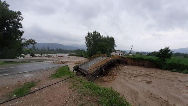 Љубовија - набујала река срушила мост - Sputnik Србија