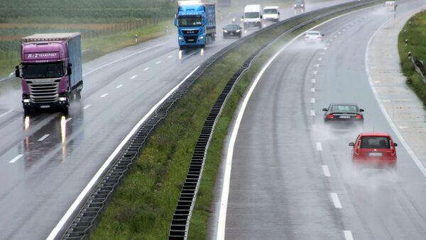 Kiša koja pada prethodnih dana znatno otežava saobraćaj - Sputnik Srbija