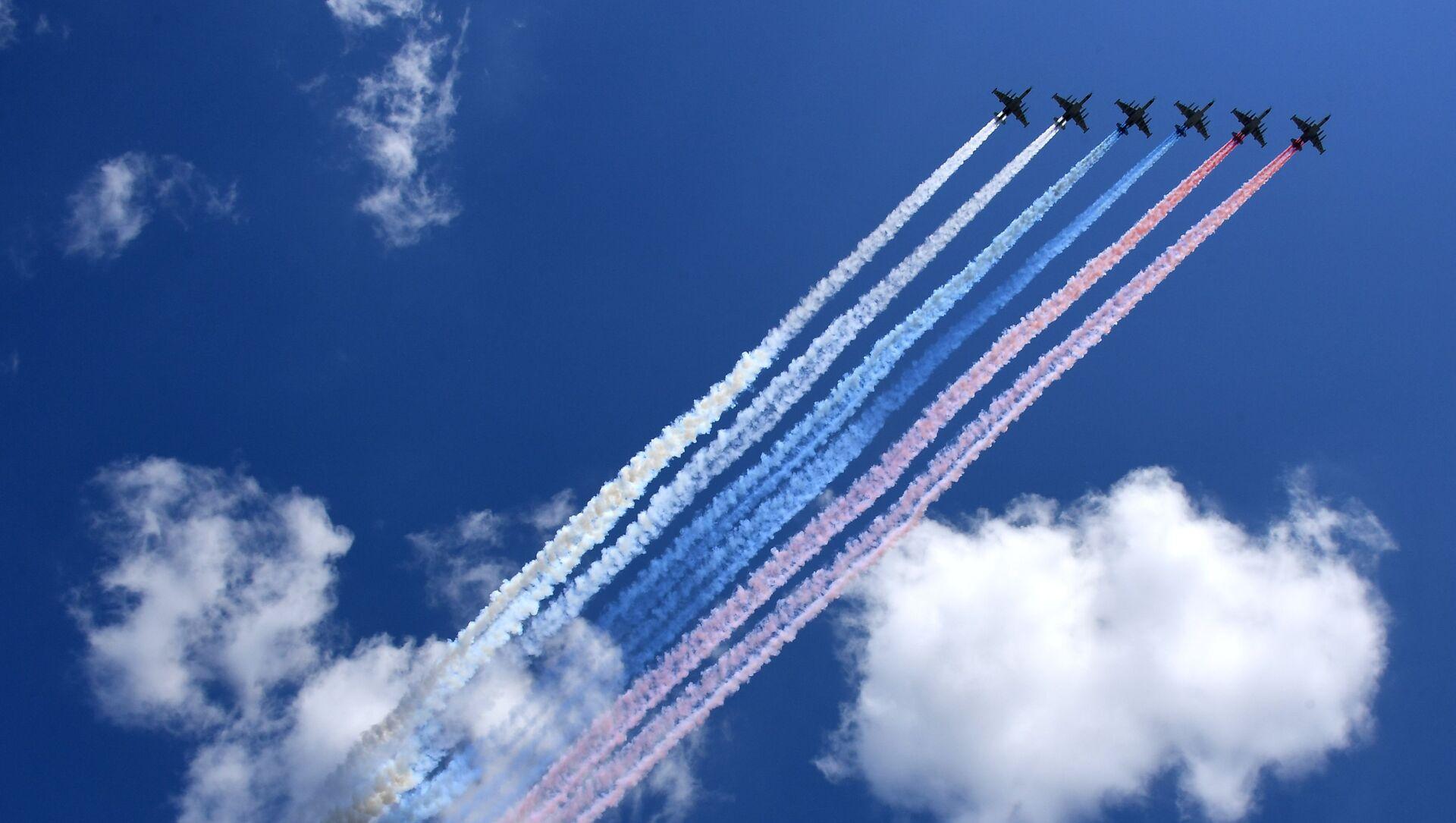Šest jurišnih lovaca Su-25 iscrtavaju nebo Moskve ruskim trikolorom. - Sputnik Srbija, 1920, 07.05.2021
