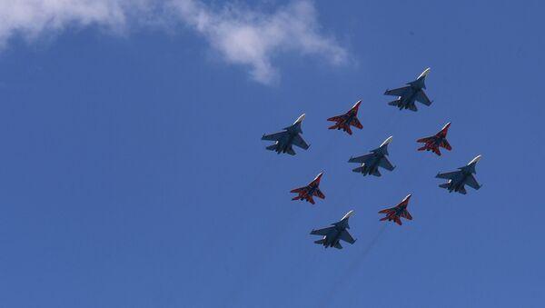 """Lovci MiG-29 i Su-30SM pilotskih akrobatskih grupa """"Ruski vitezovi"""" i """"Striži"""" tokom vazdušnog dela vojne parade povodom Dana pobede, održane 24. juna u Moskvi - Sputnik Srbija"""