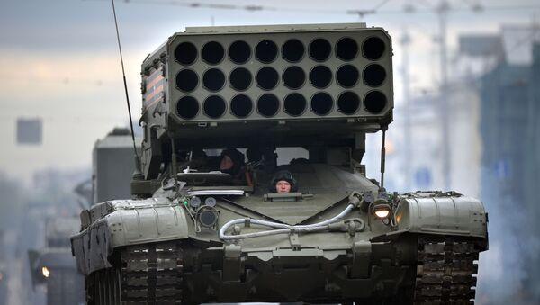 """Višecevni raketni lanser TOS-1A """"Buratino"""" na bazi tenka T-72 defiluje Crvenim trgom tokom Parade pobede - Sputnik Srbija"""
