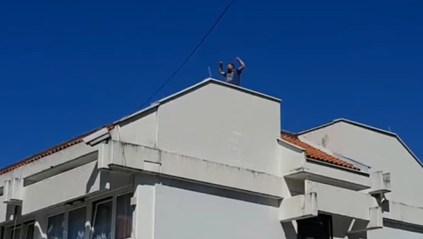 Načelnik na krovu opštine - Sputnik Srbija