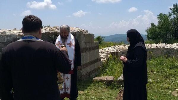 Епископ захумско-херцеговачки Атанасије служи помен у Новом Брду - Sputnik Србија