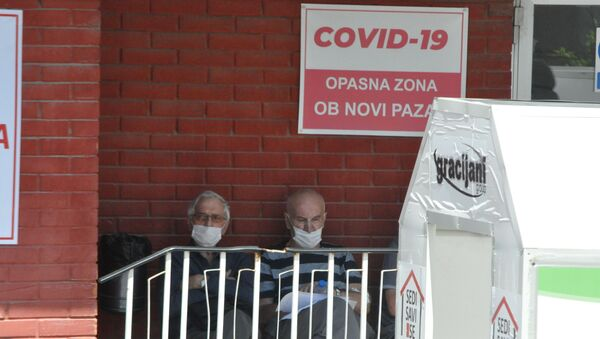 Новопазарци испред Ковид клинике - Sputnik Србија