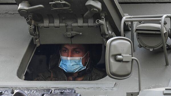 Руски војник са маском у тенку Т-34-85 - Sputnik Србија
