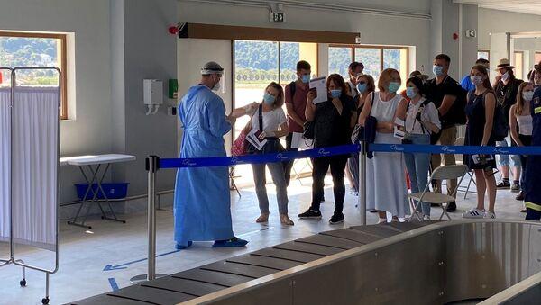 Тестирање путника на вирус корона на аеродрому на Скијатосу - Sputnik Србија