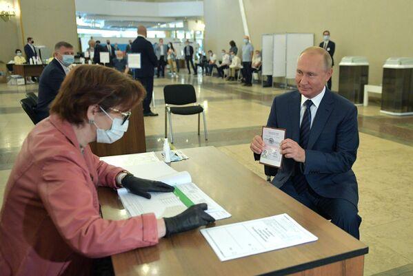Predsednik Vladimir Putin tokom glasanja o izmenama i dopunama Ustava Ruske Federacije. - Sputnik Srbija