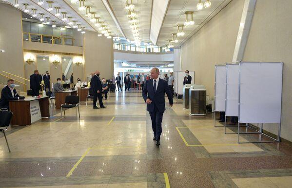 Predsednik Vladimir Putin stiže na biračko mesto kako bi glasao o izmenama i dopunama Ustava Ruske Federacije. - Sputnik Srbija