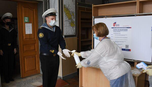 Na biračkom mestu u ruskom regionu Vladivostok svaki birač je morao da dezinfikuje ruke pre glasanja.  - Sputnik Srbija
