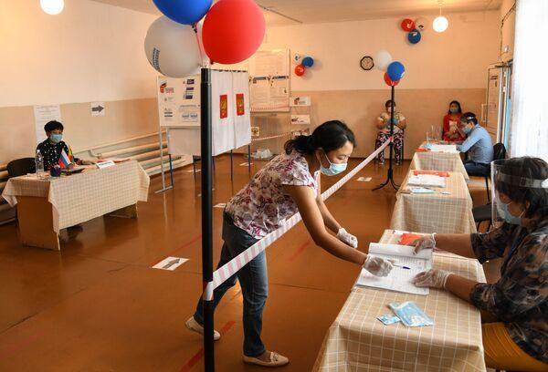Žena sa maskom glasa na biračkom mestu naselju Ugdan, Zabajkalski kraj, Rusija. - Sputnik Srbija