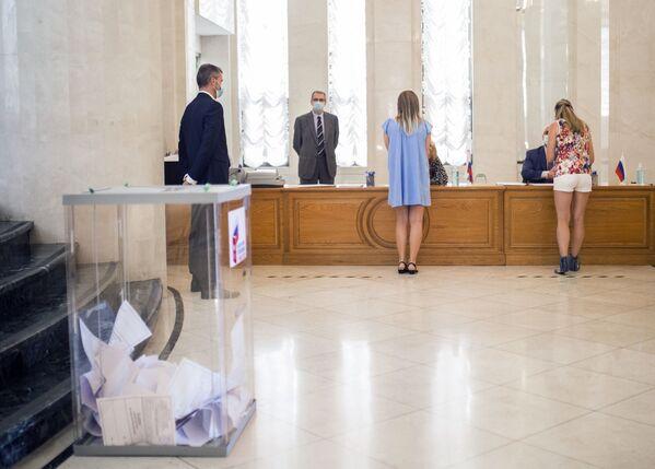 Građani Ruske Federacije glasaju o odobravanju izmena i dopuna Ustava Rusije na biračkom mestu u Ambasadi Rusije u Španiji. - Sputnik Srbija