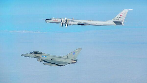 Britanski Tajfun prati ruski avion Tu-142  - Sputnik Srbija