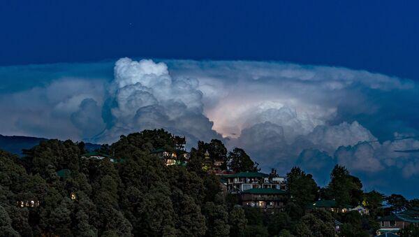 Муња трепери у облацима у Индији - Sputnik Србија