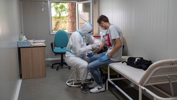 Uzimanje uzoraka za test na virus korona - Sputnik Srbija