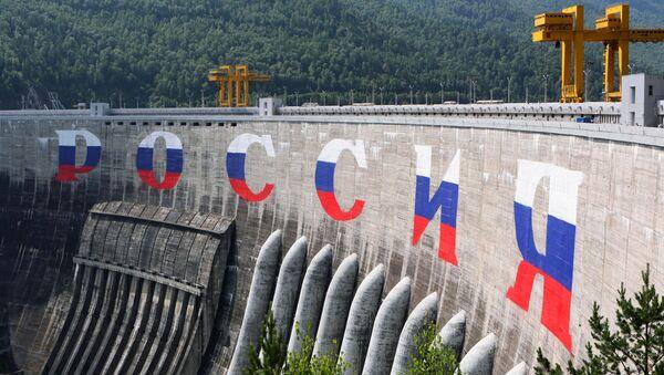 """Grafit """"Rusija"""" na brani hidroelektrane  - Sputnik Srbija"""