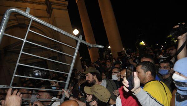 Сукоб демонстраната и полиције испред Скупштине. - Sputnik Србија