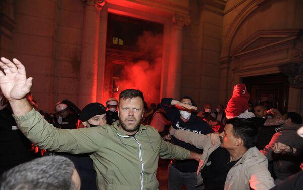 Демонстранти пале бакље испред Скупштине. - Sputnik Србија
