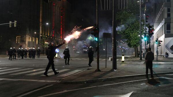 Полиција испаљује сузавац на протесту испред Скупштине Србије у Београду - Sputnik Србија