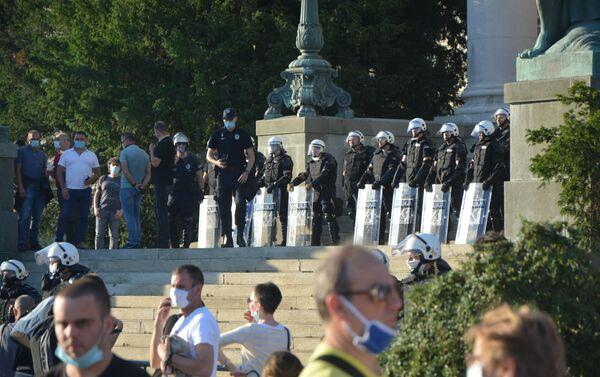 Pripadnici MUP-a na ulazu u zgradu parlamenta - Sputnik Srbija