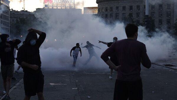 Sukob demonstranata sa policijom u centru Beograda - Sputnik Srbija