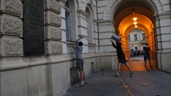 Neredi tokom protesta u Novom Sadu - Sputnik Srbija