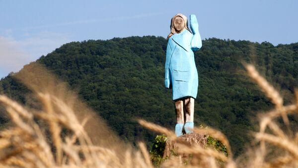 Drvena statua Melanije Tramp u slovenačkoj Sevnici - Sputnik Srbija