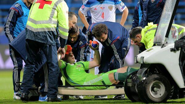Medicinska ekipa pruža pomoć golmanu Rusije Igoru Akinfejevu na utakmici između Crne Gore i Rusije - Sputnik Srbija