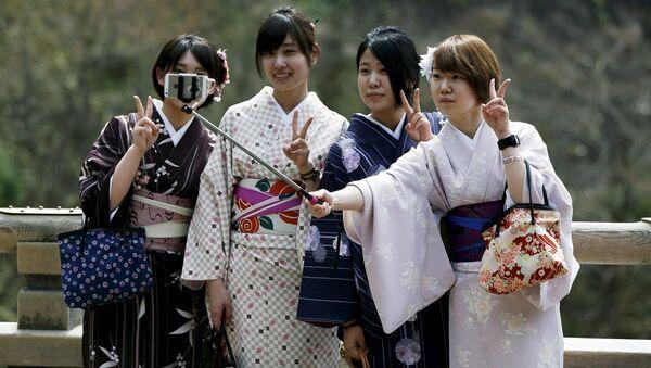 Јапанке у традиционалној јапанској ношњи праве селфи уз помоћ штапа - Sputnik Србија