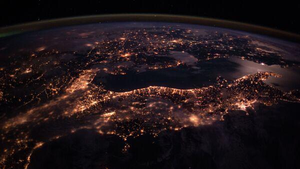 Поглед на ноћно небо над Европом са Међународне свемирске станице - Sputnik Србија