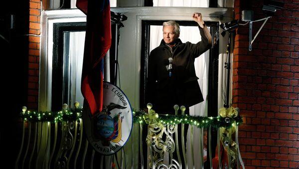 Џулијан Асанж држи конференцију за новинаре са балкона еквадорске амбасаде у Лондону 20. децембра 2012. - Sputnik Србија